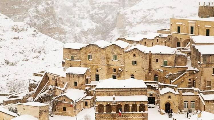 Basilicata'da İlk insanların kentine kar yağdı.